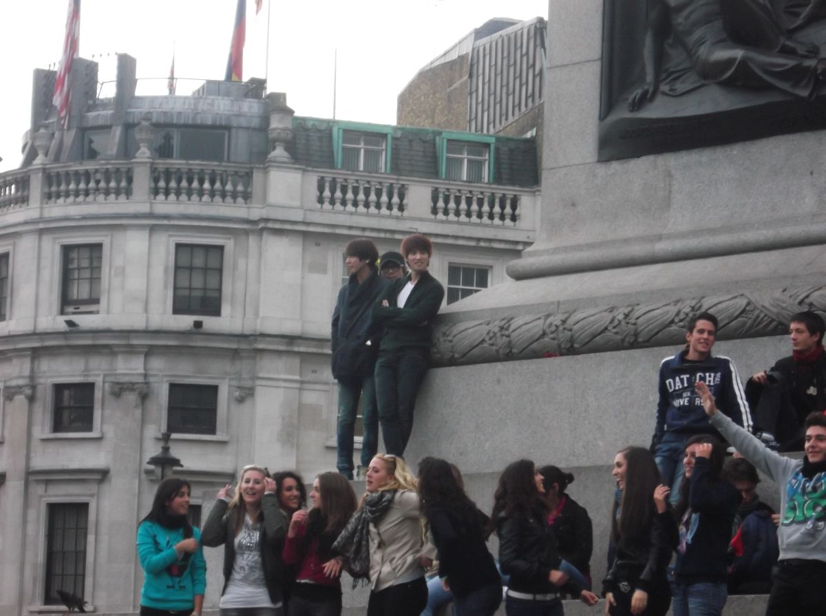 [Pic | FA] 120921 CNBLUE Spotted @ Nelson's Column in Trafalgar Square London