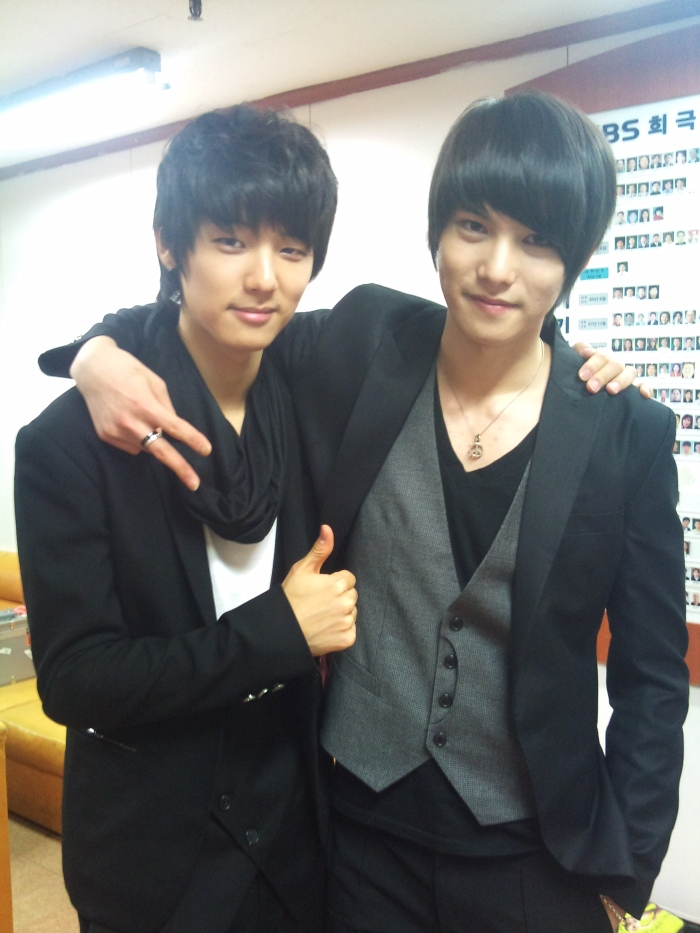 101202 Hi, it's guitar freak Jonghyun. Huhu, it's been a while since we did a music show ^^ to celebrate it, I took one picture with Minhyuk xP South Korea, hooray!